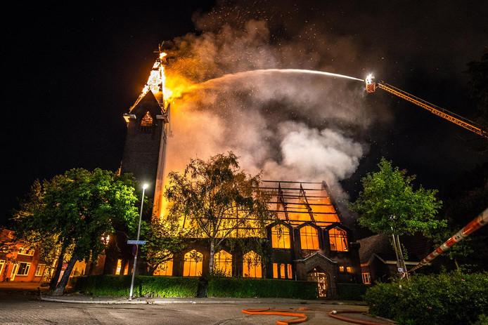 Het kerkgebouw stond in een mum van tijd in lichterlaaie.