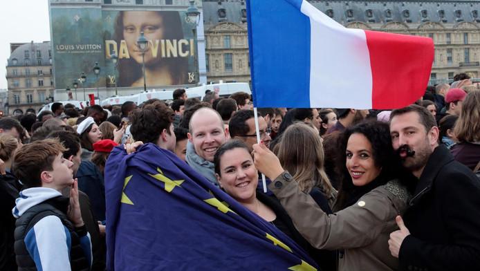 Een Europese en Franse vlag in Parijs na de winst van Macron.